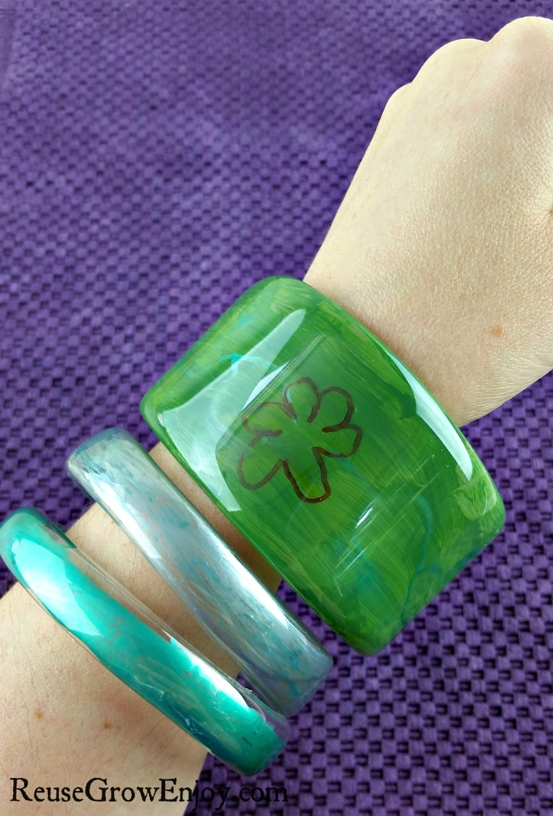 Here is a cool and easy craft to do. You can makes these DIY Plastic Bottle Bangle Bracelets!
