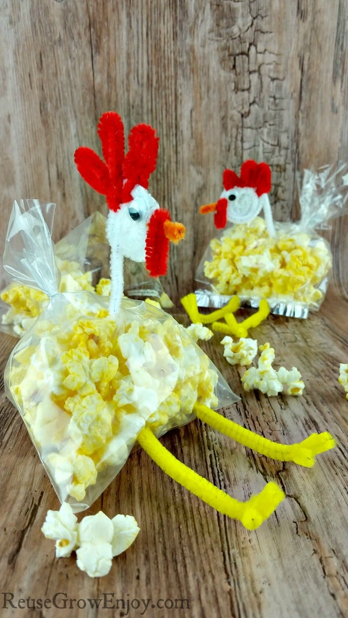 Have a kids party coming up? Or maybe just want to make them smile when they open their lunch? Either way check out these super easy cute kids chicken snack bag.