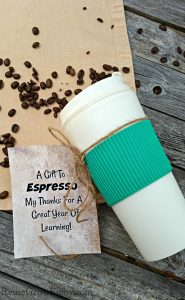 Looking for an easy but great teacher gift idea? I have just the thing! Give the gift of a reusable travel mug! I even have a free printable gift tag that you can attach to the mug.