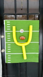 Having a football party? Or maybe just want to show a little team support? Check out this DIY Football Decor - Football Wall Or Door Decor! This would be a great decorating idea for a Super Bowl party!