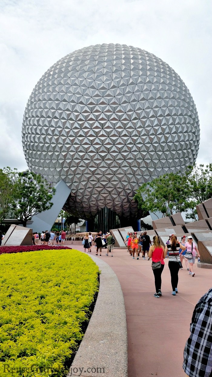 Taking a trip to Disney and wondering if the price of a Park Hopper ticket is worth the extra money over a regular one park ticket? This post is for you!