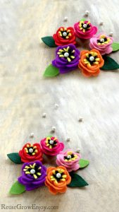 Looking for a cute and easy craft project to do? Check out these DIY felt flowers. They only take a few minutes to make and you can use them for lots of different things!