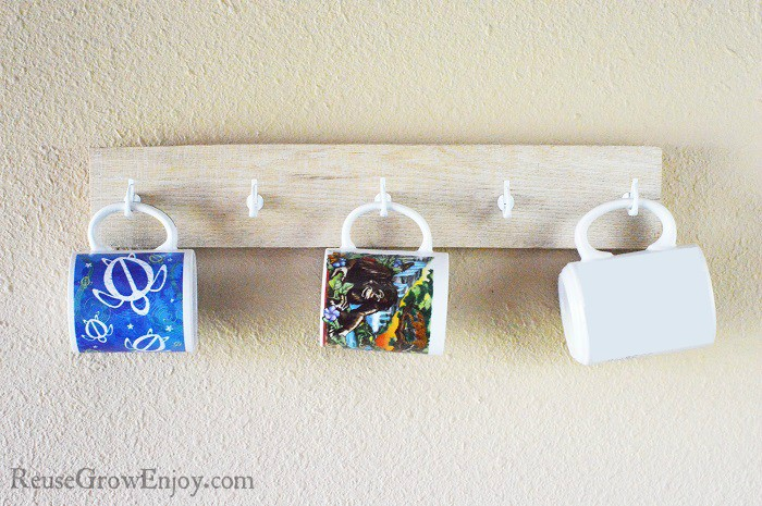 Looking for a pallet upcycle project to do? Check out this DIY pallet coffee mug holder!